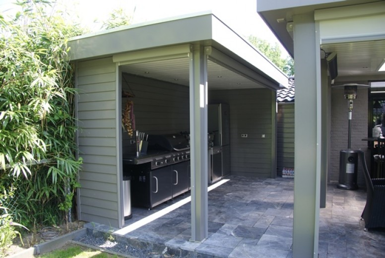 Houten Buiten Keuken : Buitenkeuken met koelkast