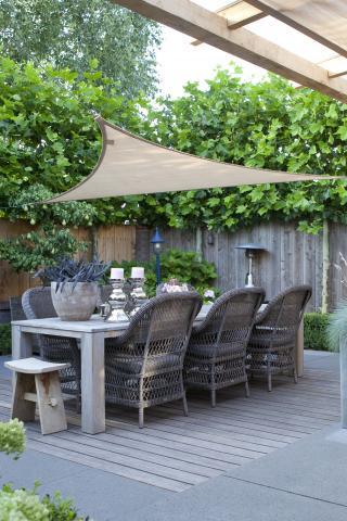 Tuin met vlonderterras en terrasdoek