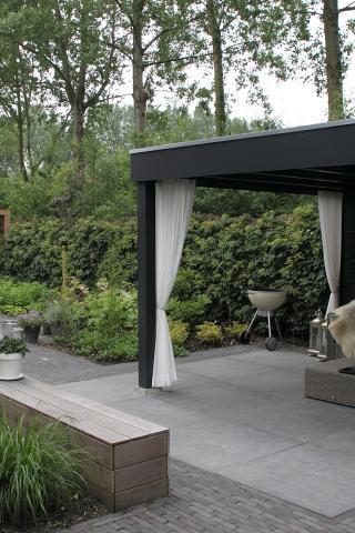 Sfeervol loungen in een moderne tuin