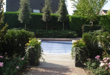 Moderne strakke zwembadtuin met meerdere terrassen