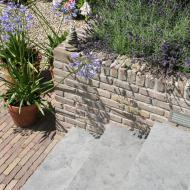 Tuin met royale trap ter overbrugging hoogteverschil