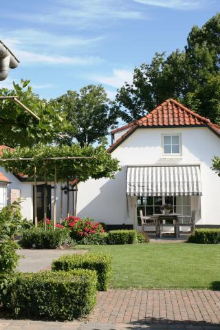 Landelijke tuin met kantoor en paardenstal