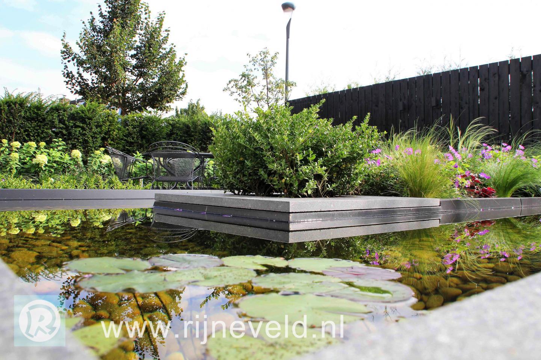 Kleine moderne tuin met strakke waterloop dutch quality gardens