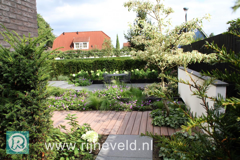 Kleine moderne tuin met strakke waterloop