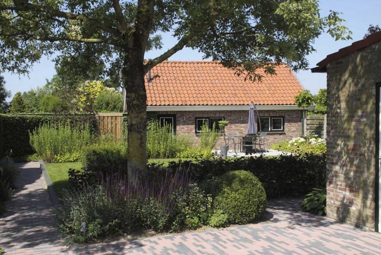 Landelijke Sfeervolle Tuin in Steenbergen