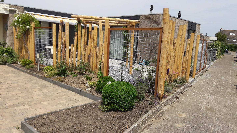 Tuin Houten Palen : Voortuin met kastanjehouten palen dutch quality gardens