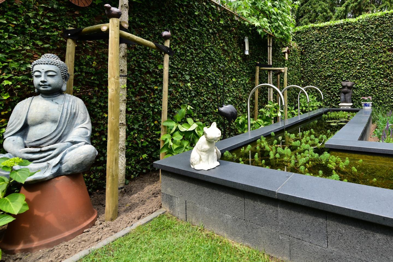 Renovatietuin met waterloopjes in de strakke vijver