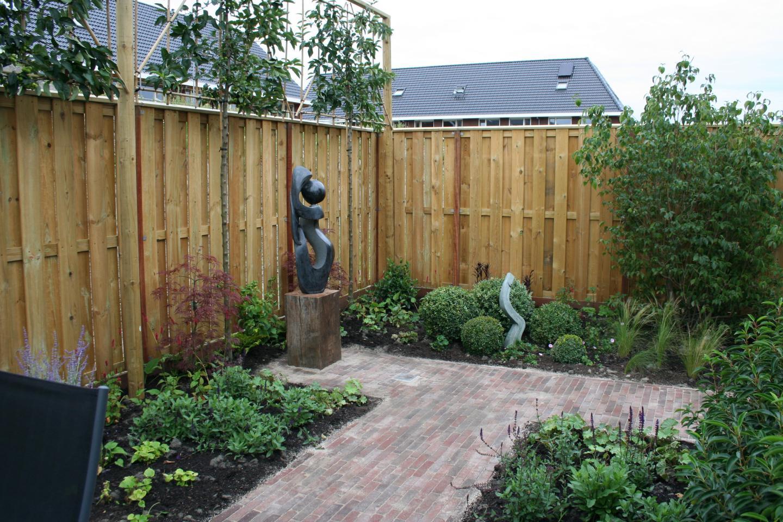 Nieuwbouwtuin met kunst