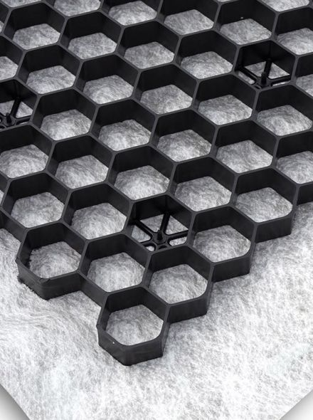 Zwarte grindplaat met antiworteldoek 119 x 78,6 x 3 cm (222 stuks = 198,78 m2 - EXCELLENT)