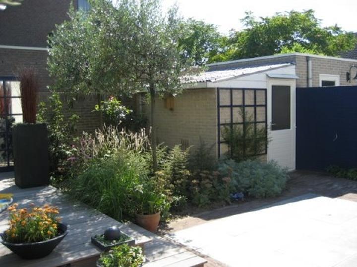 blauwe kleine achtertuin in Kaatsheuvel