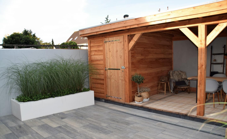 Moderne achtertuin, met een stoere uitstraling.