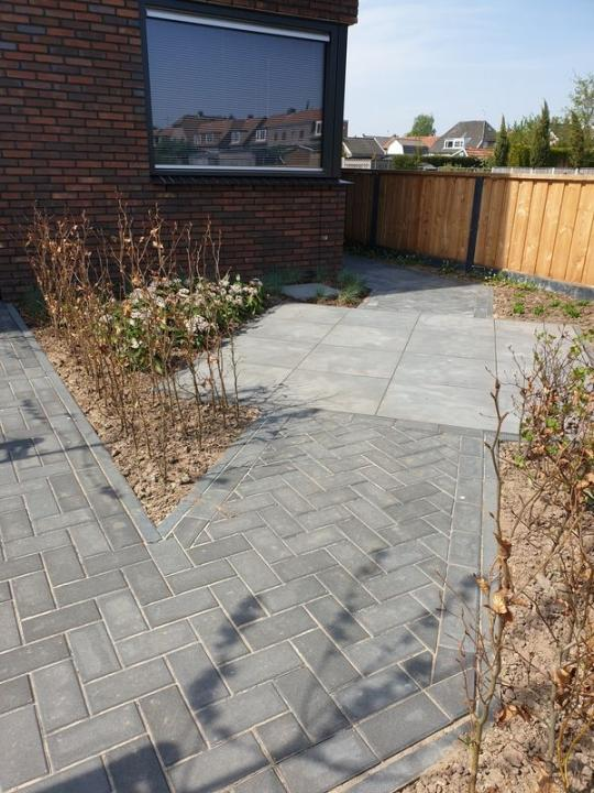 Moderne tuin in diagonalen