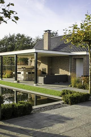 Landelijke tuin met vijver in Steenbergen