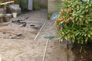 Zandbed verdichten en vlak maken