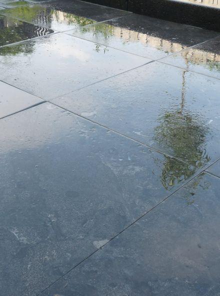 Natuursteen tegel 50 x 50 x 2,5 cm gezoet met facet (Chinees hardsteen, Spotted Bluestone, Siam Bleustone) per stuk