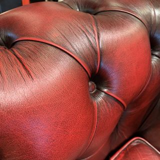 Compacte Engelse chesterfield 3 zits bank in Oxblood rood