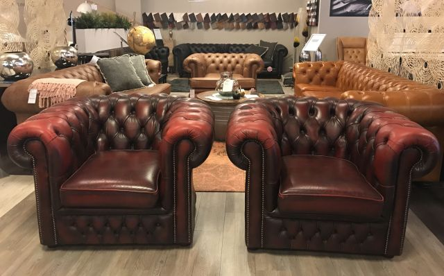 2 x Engelse Chesterfield club fauteuils in oxblood rood