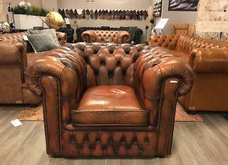 Robuuste Engelse Chesterfield club fauteuil Oranjebruin