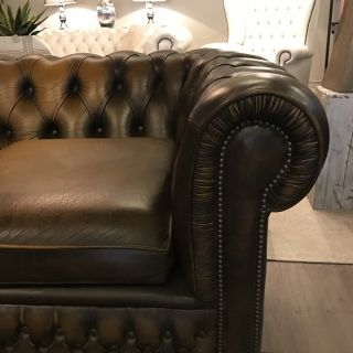 Stoere oude Engelse Chesterfield 3,5 zits bank Goudbruin