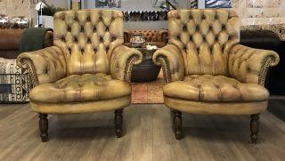 2 x Oude Engelse Vintage Chesterfield fauteuils Naturel