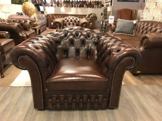 Ruime Engelse Chesterfield clubfauteuil bruin gevlamd