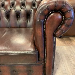 Engelse chesterfield 2,5 zits bank in Nieuwstaat Dark Rust
