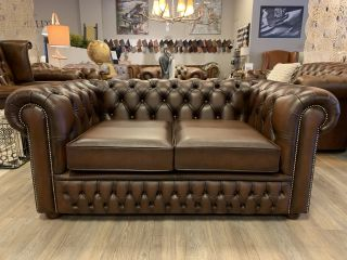 Showroommodel The Wales chesterfield 2 zits bank Antiek Bruin