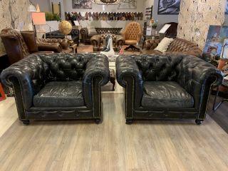 2 x Stoere industriële chesterfield clubfauteuils in vintage zwart