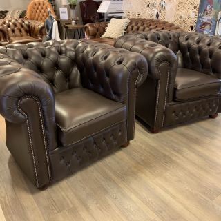 2 x Engelse chesterfield clubfauteuils Donker Bruin