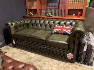 SHOWROOMMODEL The Lancaster chesterfield 3 zits bank Olijf groen