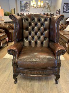 Engelse chesterfield oorfauteuil donker bruin gevlamd Wing chair