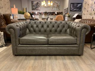 Engelse chesterfield 2,5 zits bank in Vintage grijs