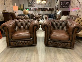 2 x Engelse chesterfield clubfauteuils in bruin leder