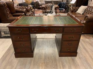 Compacte klassiek chesterfield bureau met unieke inleg