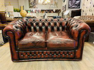 Engelse chesterfield 2 zits bank in Oxblood rood leer