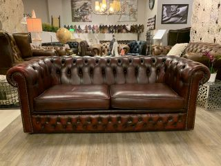 Compacte Engelse chesterfield 2,5 zits bank in Oxblood rood