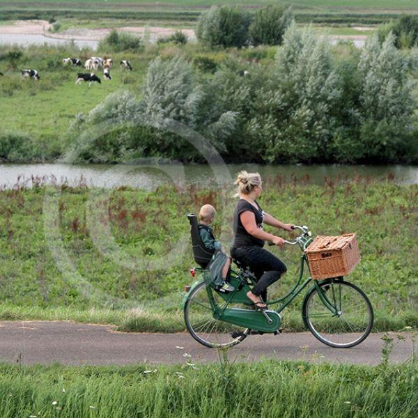 Moeder en kind fietsend op de Waaldijk