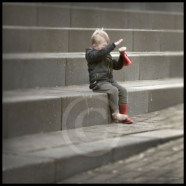Jongetje met zand in de schoen