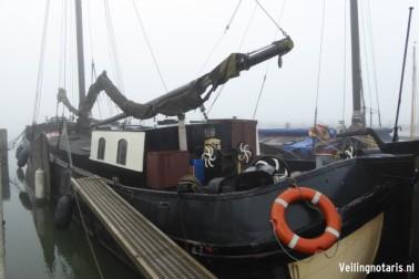 het stalen motorzeiljacht, type tjalk (charterschip), genaamd De Hoop, met brandmerk 269 B LEEUW 1950, gelegen in de jachthaven Lelystad Haven aan de Oostvaardersdijk 59A te  Lelystad