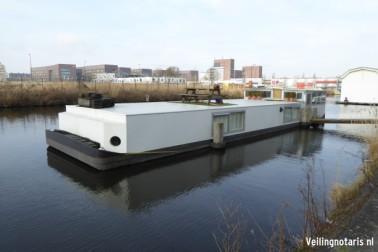 de stalen woonboot, kadastraal ongenoemd doch plaatselijk bekend als  Amsterdam