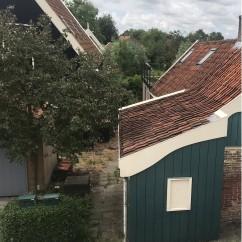 foto van pad naast brieven bussen naar woning met huisnummer 56 (vanaf de schoorsteen naar achteren is hsnr 56, voorkant is huisnr 54